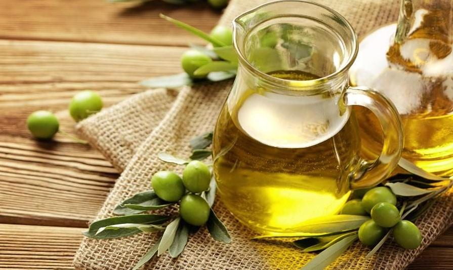 روغن زیتون به عنوان یک پاک کننده و مرطوب کننده طبیعی عمل می کند.