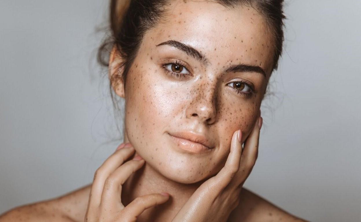 چین و چروک و لک پوستی نشانه های پوست آسیب دیده هستند.