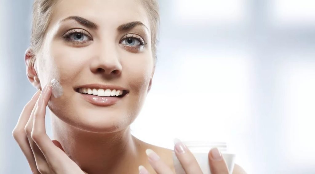 اهمیت استفاده از کرم مرطوب کننده در مراقبت روزانهی پوست