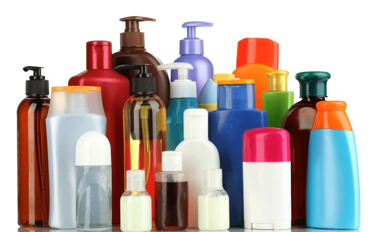 واکنش به محصولات مراقبت مو می تواند علت خارش پوست سر باشد.