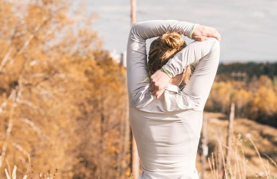 انجام دادن حرکات کششی در ناحیه ای که به اسپاسم عضلانی دچار شده است.